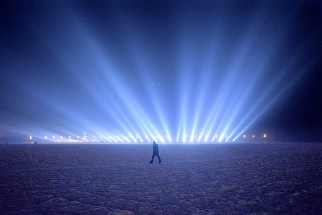afp. hét képei - Peking, Kína, 2016.01.03. jég és hófesztivál, A man walks on the frozen Songhua river beside the Harbin international ice and snow festival in Harbin, northeast China's Heilongjiang province on January 3, 2016. Over one million visitors a