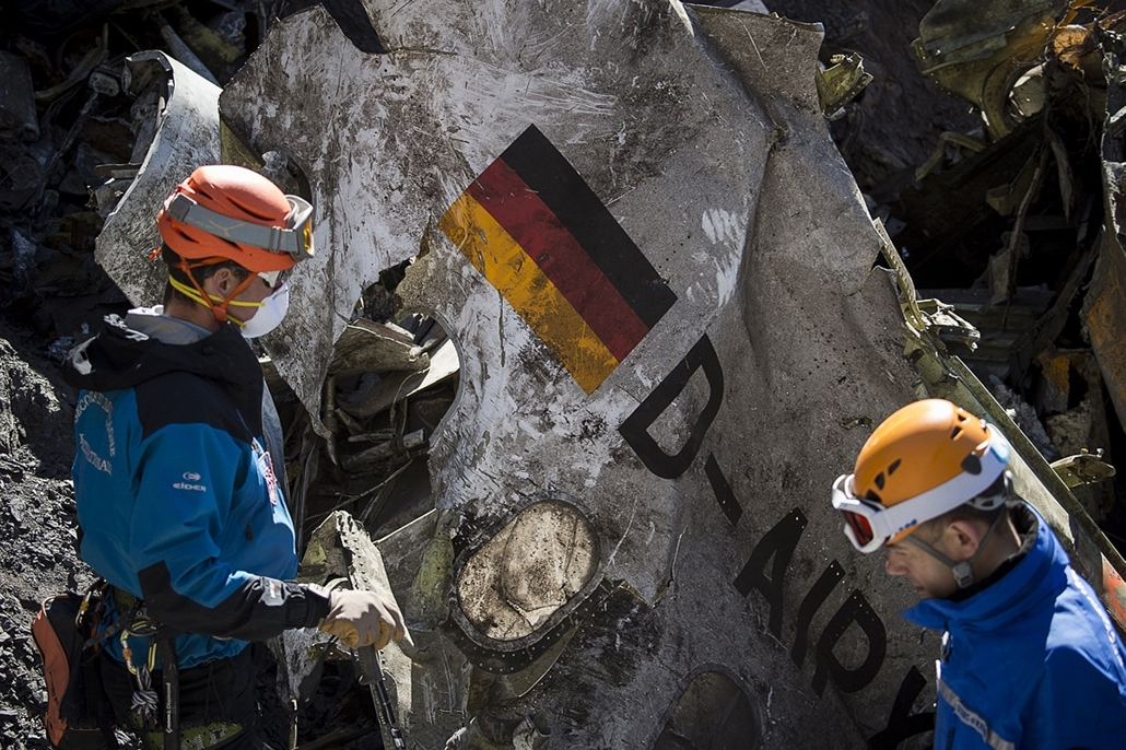 afp. hét képei - Le Vernet, Franciaország, 2015.03.31. A handout photo taken on March 31, 2015 and released by the French Interior Ministry on April 1, 2015 shows Gendarmes and rescuers from the Gendarmerie High-Mountain Rescue Group working at the crash