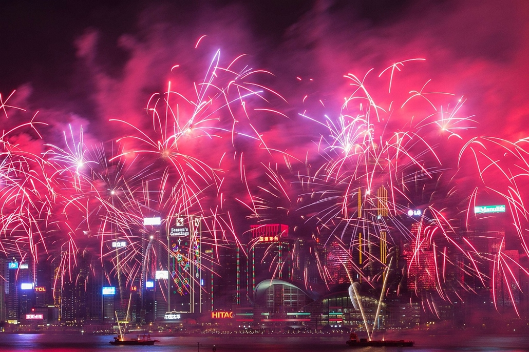 afp. 2016.02.09. Hongkong, Kína, holdújév, tűzijáték - Fireworks explode over Victoria Harbour during Lunar New Year celebrations in Hong Kong on February 9, 2016. The Lunar New Year of the Monkey began on February 8.