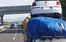 Csomagokra felpakolva és keresztbe rakva is szállítottak autót
