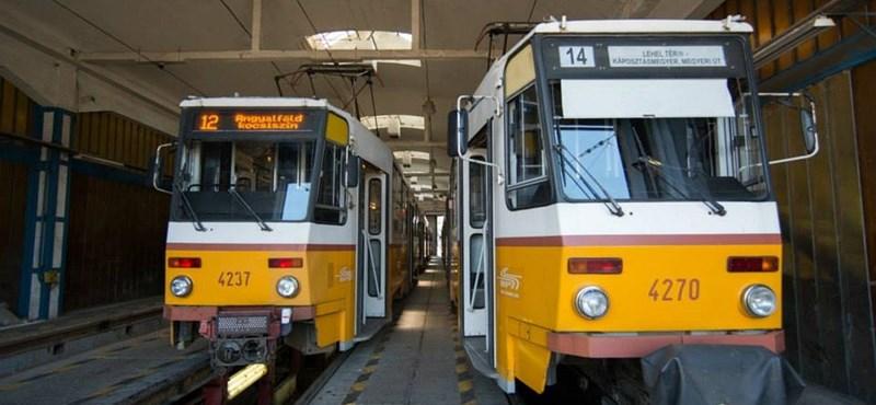 Fotók: kijelzőket szerelnek a régi villamosokba Budapesten