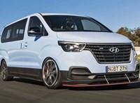 Őrült driftbuszt építettek a gyáriak egy unalmas Hyundaiból - videó