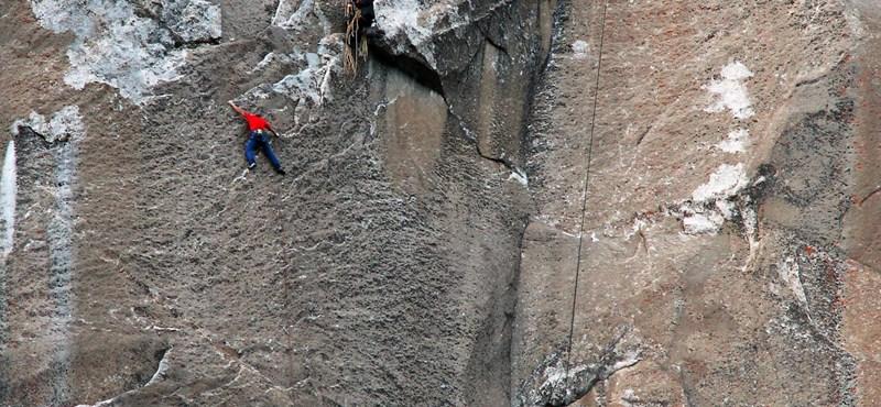 Fotók: a világ legnehezebb szikláját mászta meg két férfi