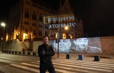 """Beidézte a rendőrség Jakab Pétert, miután kivetítette a Parlament falára a """"Fizessenek meg a tolvajok""""-feliratot"""