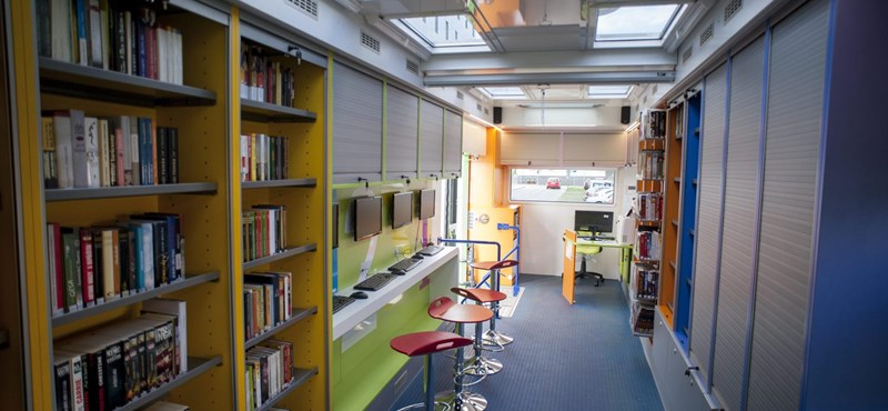 Fotók: kerekekre tették a pécsi könyvtárat