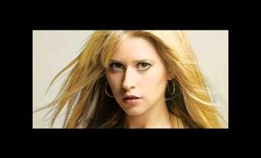 Király Linda megint magyarul énekel