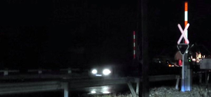 Kijózanító videó: lassítás nélkül hajtanak át az autósok a vasúti átjárón, ha nem működik a sorompó