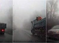 Az utolsó pillanatban látni csak a ködben, hogy ott egy lámpa nélkül érkező autó – videó