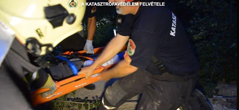 Kötélpályát építettek a tűzoltók egy túrázó megmentéséhez – videó