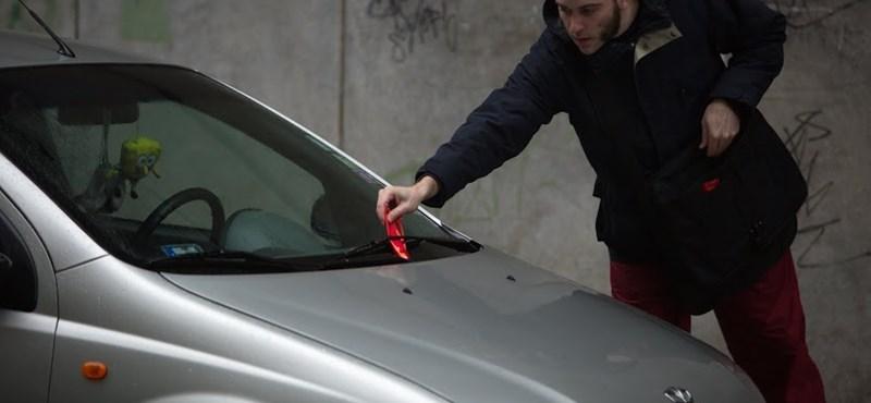 Mikuláscsomagnak álcázott hirdetésekkel borzolták az autósok idegeit