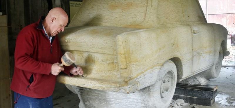 Fantasztikus szoborral emlékezik a berlini fal leomlására egy sírköves – fotó