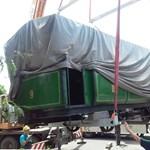 Újabb járműkincseket vittek el a felújításra váró közlekedési múzeumból – fotók