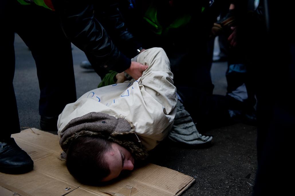 LMP a Parlament előtt - láncos tüntetés, tüntetés