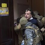 A háztetőről szedték le a volt grúz elnököt Kijevben