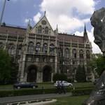 Napi nonszensz: kiderült, miért kell kirakni a Kossuth térről József Attilát