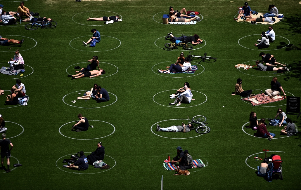 NAGYÍTÁS ÉV KÉPEI MÁJUS People are seen practising social distancing in white circles in Domino Park, during the Covid-19 pandemic on May 17, 2020 the in Brooklyn borough of New York City.