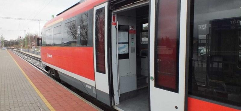 Fegyverrel fenyegetve raboltak egy vonaton Újszásznál
