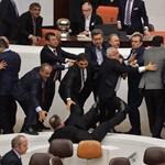 Megint verekedtek a török parlamentben – videó
