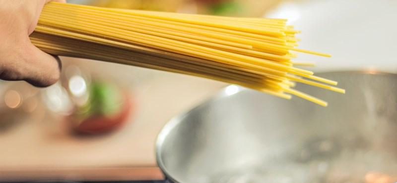 Megfejtették az évtizedes konyhai rejtélyt: miért nem lehet két darabra törni egy spagettitésztát?