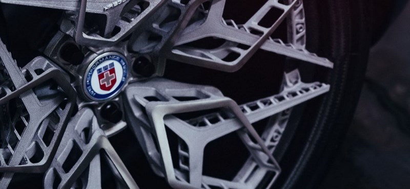 Itt a világ első 3D-nyomtatott titánfelnije, és elképesztően mutat