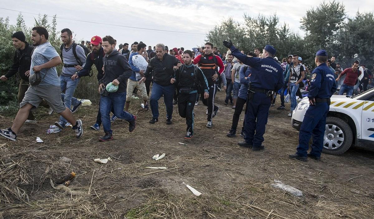 A drótkerítés nem akadály: menekültáradat alvó gyerekekkel