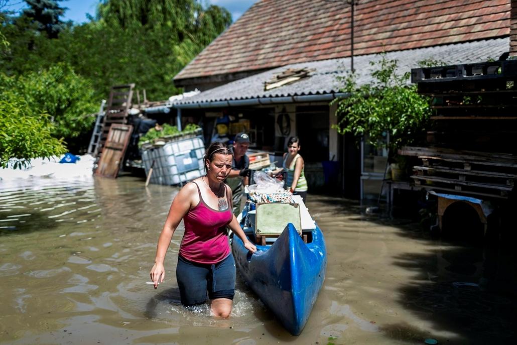 Árvíz 2013, Duna árvíz, Dunabogdány - Kiürítenek egy elárasztott házat Dunabogdányban 2013. június 8-án.