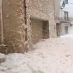 Háznyi magas hullámok és derékig érő tengerhab a mallorcai utcákon (videó)