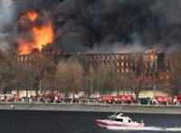 Videó: hatalmas tűz ütött ki egy szentpétervári gyárépületben