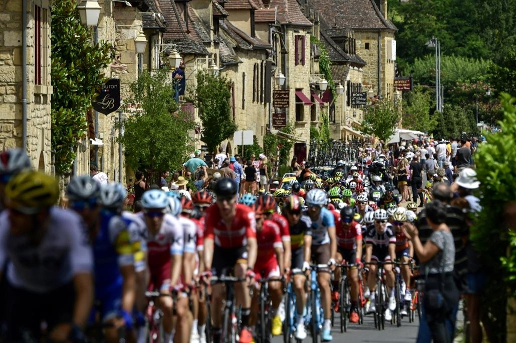afp.17.07.11. - La Roque-Gageac, Franciaország: Versenyzők érkeznek Roque-Gageac faluba a verseny tizedik szakaszán július 11-én. - Tour de France 2017