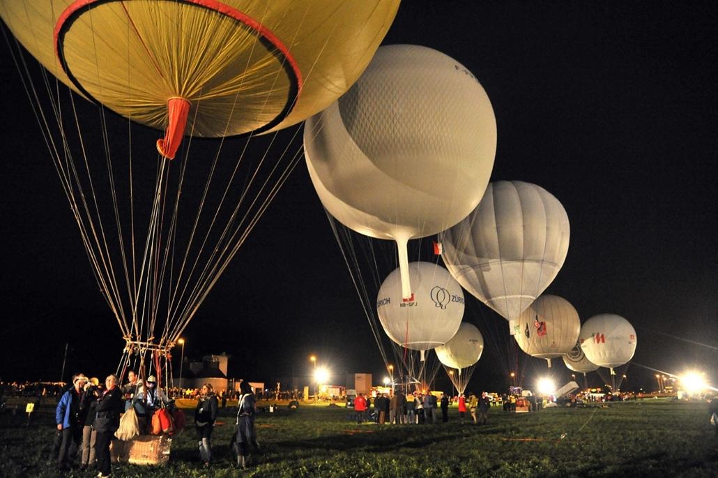 Hét képei nagyítás - Svájc, Ebnat-Kappel: versenyzők készülődnek az 56. Gordon Bennett 2012 hőlégballon versenyre
