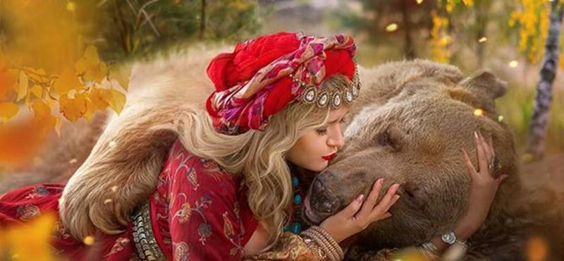 Fotómodellnek állt az árva orosz medve – képek