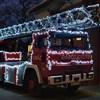 Látványos karácsonyi díszbe öltözött egy pomázi tűzoltóautó