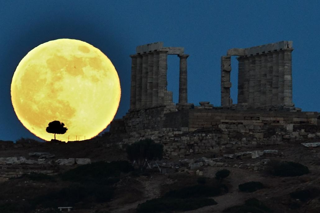 Athén, Görögország: szuperhold a Poszeidóntemplom mellett.  - hét képei