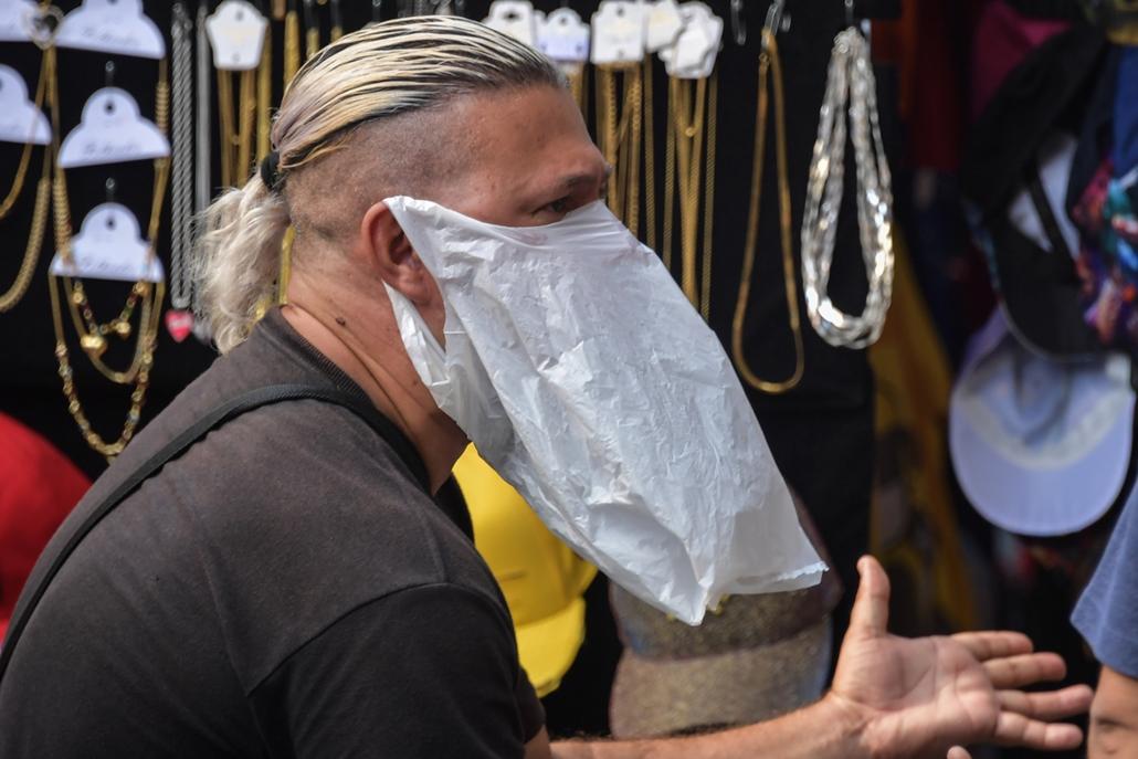 MAGYÍTÁS NE HASZNÁLD Házilag készített maszkot visel egy utcai árus Sao Paolóban