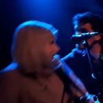 Elnézést kért a klub a zenekartól, amelynek énekesnőjét a színpadon zaklatták