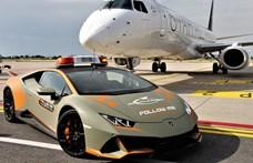 Egy 640 lóerős Lamborghini Huracan kísérgeti a repülőket Bolognában