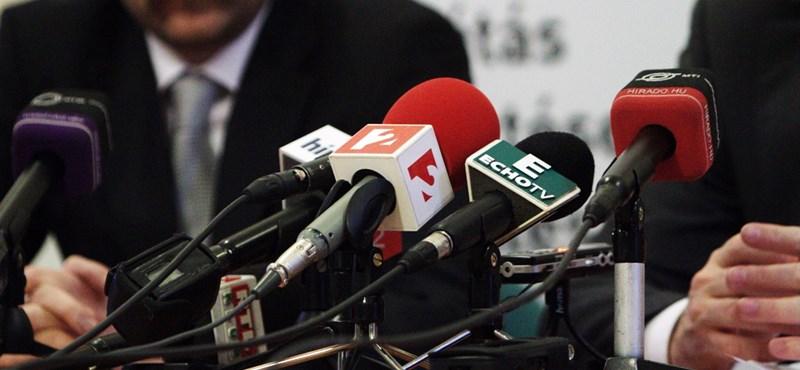 Leveretik a PestiSrácok újságíróival a Nap TV emblémáját az épületről