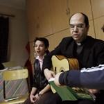 Szombathely püspöke befogadná az Őcsényből kiutált menekülteket