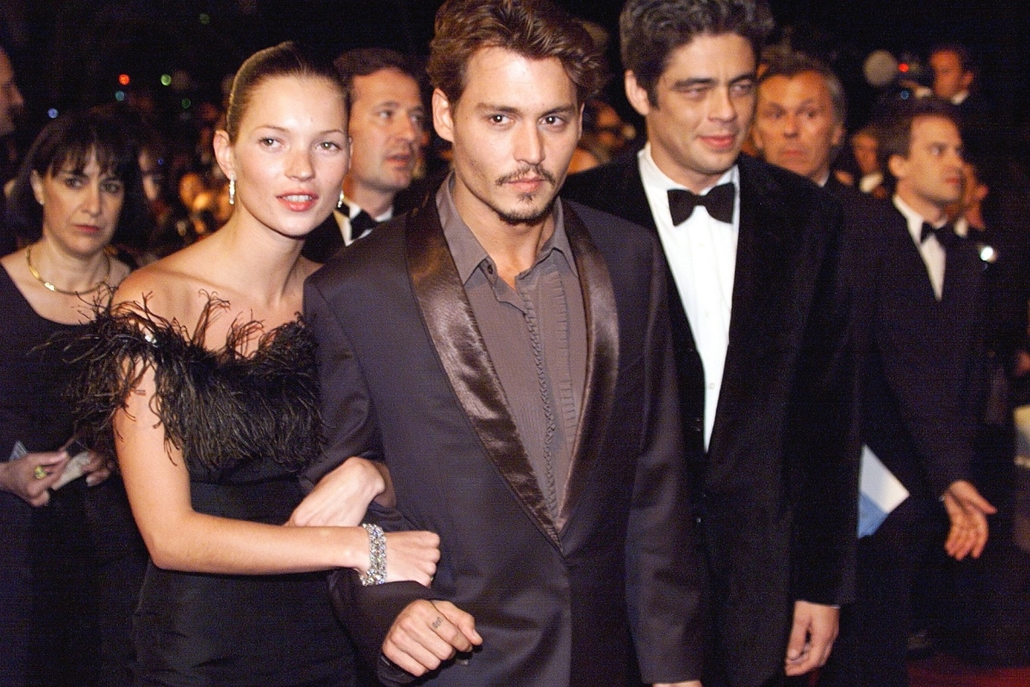"""afp. Kate Moss szupermodell 40 éves - nagyítás - 1998.05.15. FRANCE, Cannes : US Actors Johnny Depp (C) and Benito Del Toro (R) accompanied by model Kate Moss (2nd L) arrive, 15 May at the Palais des festivals for the screening of the film """" Fear and Loat"""