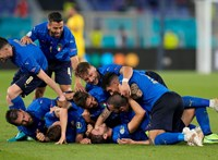 Tartalékosan kezdenek az olaszok, de minden csapat változtatott - percről percre a torna utolsó csoportkörének első napjáról