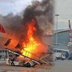 Éppen a csomagokat pakolták be a repülőbe, amikor hirtelen fellobbantak a lángok – videó