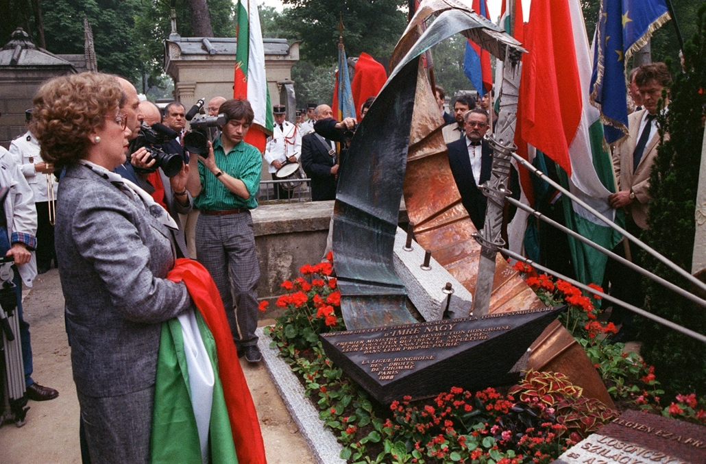 afp. Nagy Imre újratemetése, 1988.06.16. FRANCE, Paris : Zsoka Nagy (L), daughter of the late Hungarian Prime Minister Imre Nagy, surrounded by French and Hungarian anti-communist militants, pays honour to in front of her father cenotaph that was inaugura