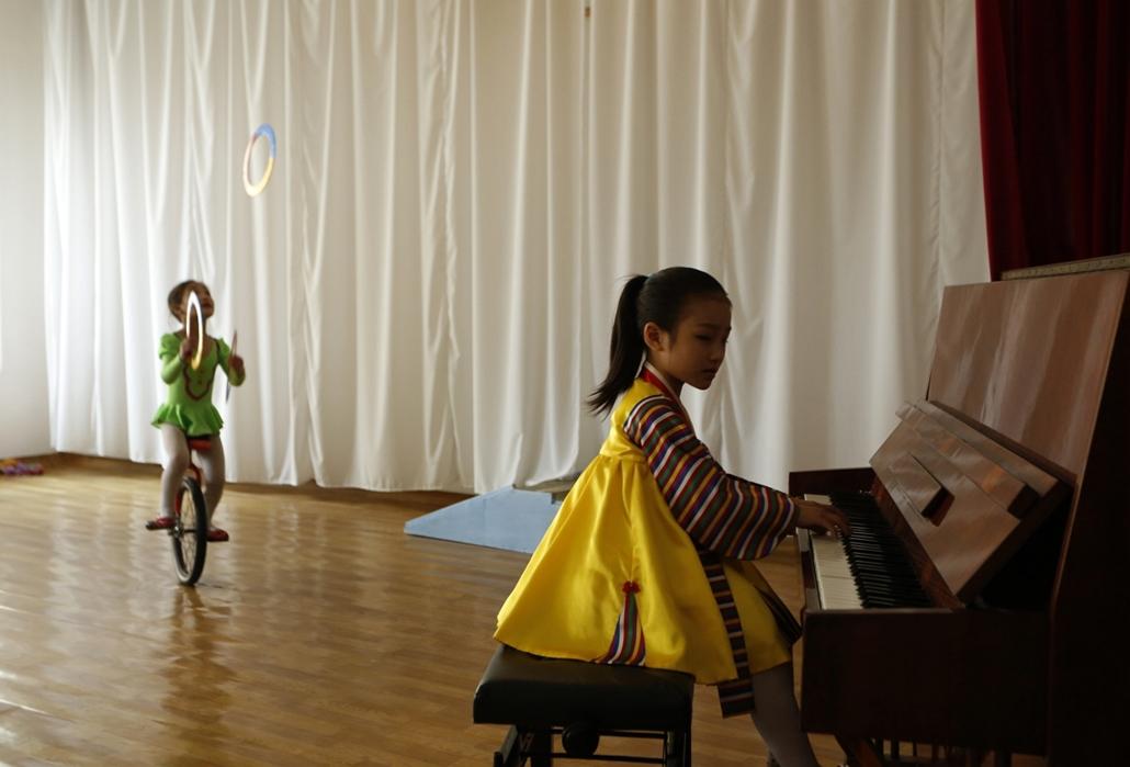 a zene világnapja nagyítás - Phenjan, Észak-Korea - kislányok gyakorolnak a  Kaeson Kindergarden rendezvényre