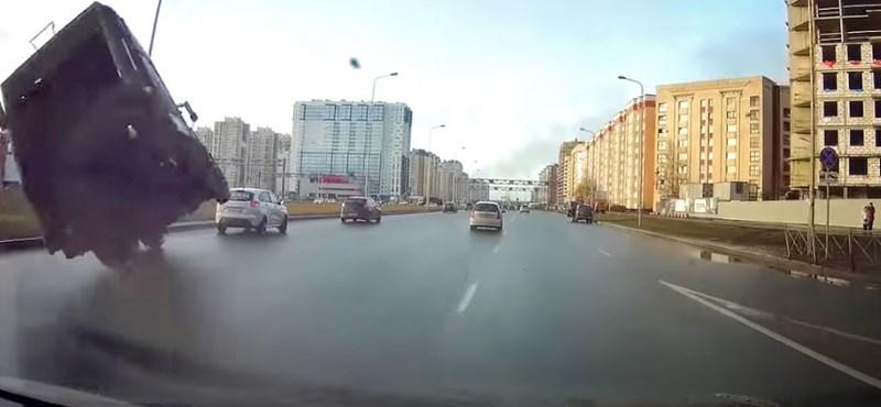 Repülő kukásautóra talán még az orosz autósok sem számítanak – videó