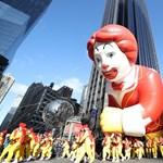 Ronald McDonald kilyukadt és eldőlt egy hálaadásnapi felvonuláson