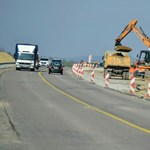 Beszólnak és megdobálják az autósok az utak mellett dolgozókat