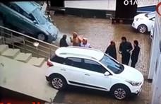 Szegény vevő alatt elszabadult az autó, lerombolta a kereskedést - videó
