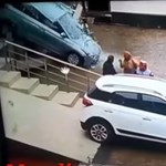 Szegény vevő alatt elszabadult az autó, lerombolta a kereskedést – videó