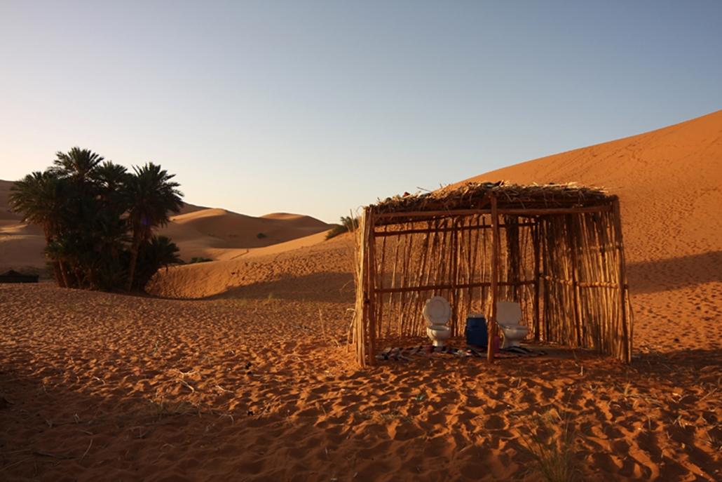 Illemhely turistáknak a sivatagban.