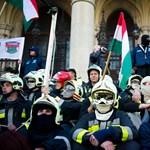 A Parlament lépcsőjéig jutottak a tüntetők, erősítést kaptak az épület őrzői